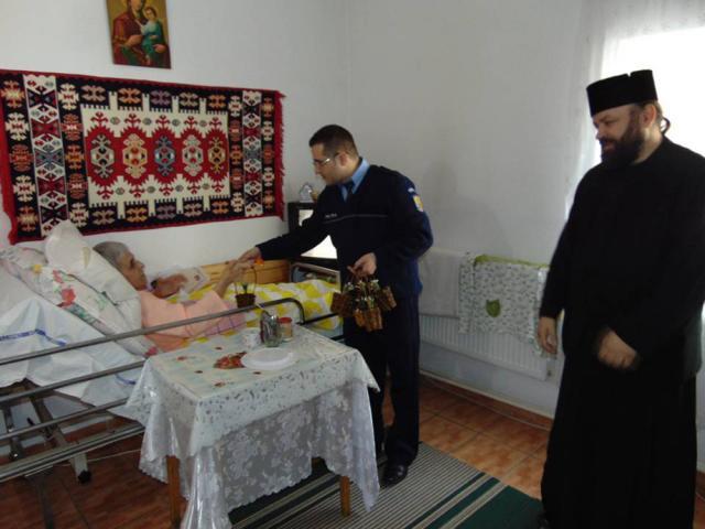 """Poliţiştii dorneni, la Căminul de Bătrâni de pe lângă Mănăstirea """"Sfântul Dimitrie"""""""