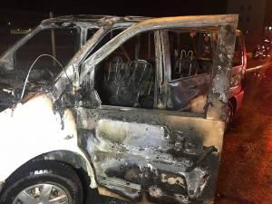 Flăcările au distrus maşina