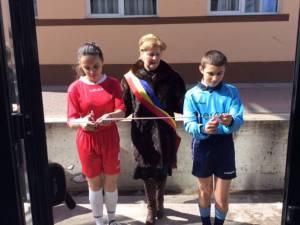 Primarul comunei Voitinel, Maria Pleşca tăind panglica de inaugurare a sălii de sport