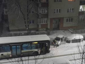 Autobuzele TPL care se duceau ca săniile la vale, în Obcini Foto: V. Adomnicăi