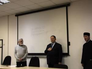 """Prof. Nicolae Ulieriu, conf. univ. dr. Florin Pintescu și pr. Constantin Ciupu, parohul Bisericii """"Sfântul Simion"""" din Suceava"""