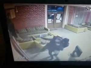 Barmanița s-a luptat cu agresorul
