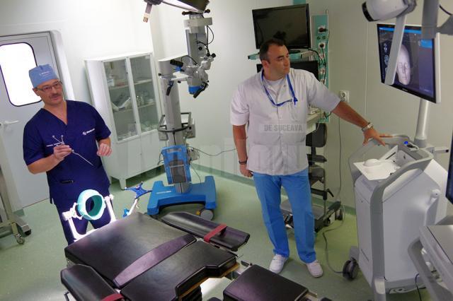 Dr. Anatolii Buzdugan și ing. Dragoș Vicoveanu prezintă echipamentul de neuronavigație