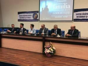 Deputatul PNL Dumitru Mihalescul (al doilea din dreapta), susţinător al familiei tradiţionale şi al valorilor creştine
