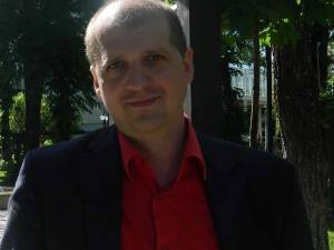 Universitarul Marius Costel Eși lansează Coleg de generație