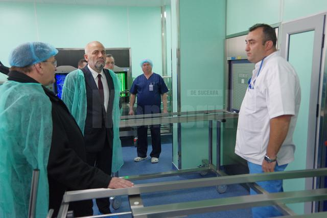 Preşedintele CJ Gheorghe Flutur, managerul spitalului, Vasile Rîmbu, și bioinginerul Dragoș Vicoveanu, la inaugurarea noii staţii de sterilizare a Spitalului de Urgență