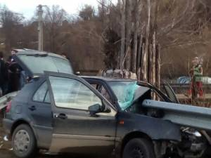 Tânăr mort după ce s-a izbit cu maşina într-un parapet