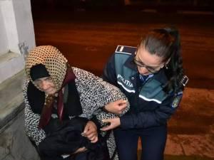 Tânăra poliţistă, ajutând-o pe bătrâna de 80 de ani