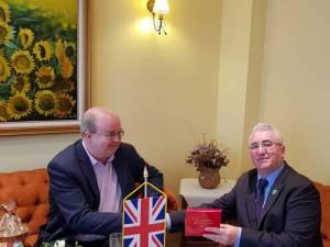 """Primarul Ion Lungu i-a înmânat Ambasadorului Marii Britanii medalia aniversară """"630 de ani de atestare documentară a orașului Suceava"""""""