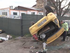 In urma coliziunii , autoturismul taxi s-a rasturnat pe cupola