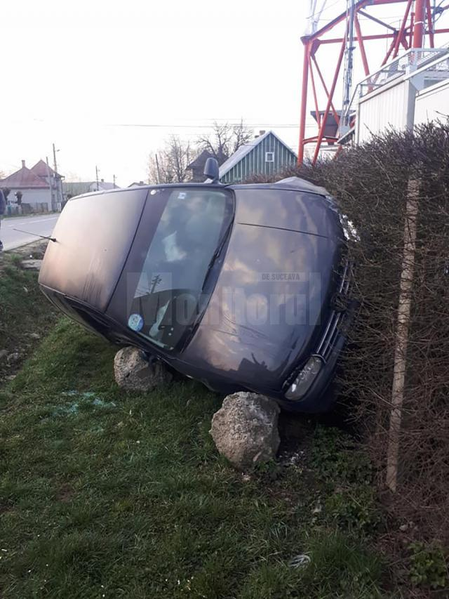 Autoturismul a fost abandonat, după ce autorul furtului a pierdut controlul direcţiei și l-a răsturnat peste un gard