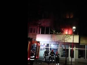 Panica în centrul Sucevei, în urma unui incendiu provocat de o tigara aprinsa