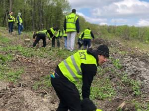 Angajaţii SUCT au ajutat la plantarea unui teren accidentat din Zvoriştea