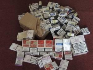 Acţiune a poliţiei printre comercianţii de ţigări ascunse pe sub tarabe, în pieţe