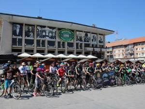 """Sute de persoane au pornit din centrul oraşului, la o plimbare pe două roţi, inițiată de """"Suceava pe bicicletă"""""""