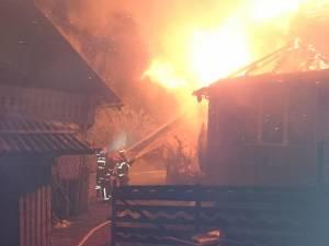 Acoperisul si etajul casei au fost distruse de flacari