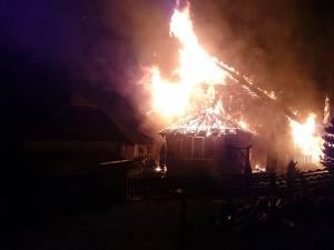Flăcările mari au distrus acoperişul și primul etaj al casei de locuit