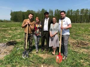 """Campanie de reîmpădurire la Dolhasca, cu echipa """"10 pentru folclor"""""""