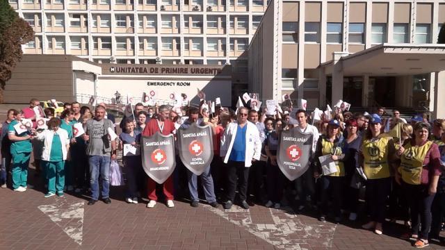 Protestatari în curtea Spitalului de Urgenţă Suceava