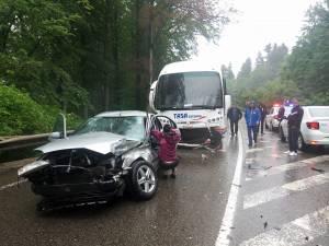 Autoturismul care s-a lovit de autocarul de pe contrasens