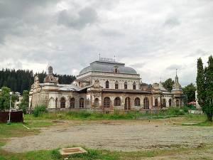 Clădirea Cazinoul Băilor din Vatra Dornei, aflată într-un stadiu avansat de degradare