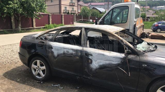 Autoturismul incendiat în noaptea de luni spre marţi, la Șcheia