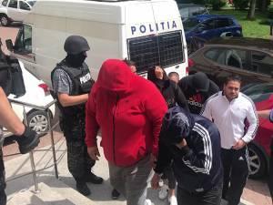 Cei mai mulţi inculpaţi şi-au ascuns feţele, în timp ce erau escortaţi spre Tribunalul Suceava