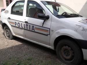 Poliţiştii au găsit în curtea instituţiei patru roţi sparte la autospeciala de poliţie