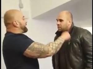 În mediul online au circulat imagini care surprindeau cum Bogdan Galanton, agent de pază, se răfuieşte cu poliţistul Răzvan Bolea