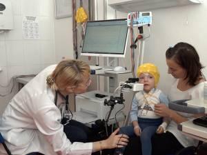 Dr. Miron, la investigaţia unuia dintre micuţii pacienţi ai Centrului de epileptologie