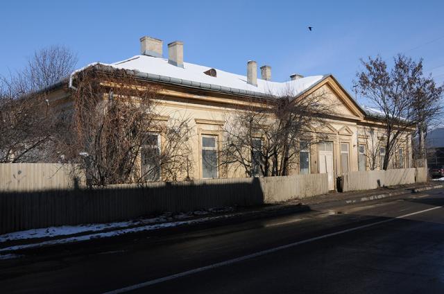 Clădirea fostei garnizoane austriece de grăniceri din cartierul Ițcani, astăzi pe strada Gheorghe Doja
