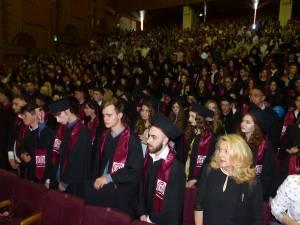 Cei 279 de absolvenţi împreuna cu părinţii s-au adunat, joi, în cadrul cursului festiv de absolvire
