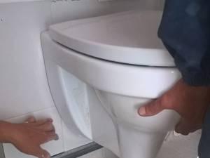 Vasul de toaletă s-a rupt şi a căzut din perete