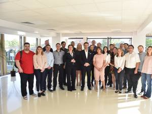 Directorul general al companiei IMS MAXIMS, Shane Tickell, cu echipa de la Suceava, în noul sediu