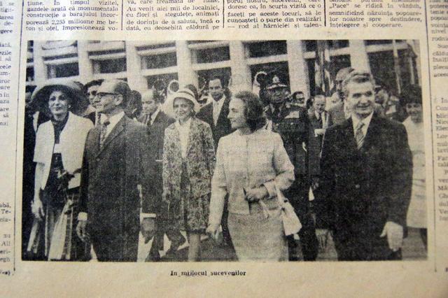 Împărăteasa Farah, șahul Pahlavi Reza și cuplul Ceaușescu în fata Casei de Cultură din Suceava