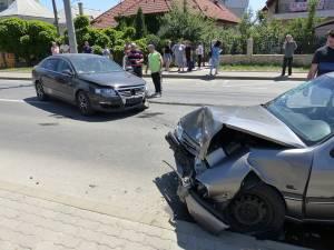 Accidentul a avut loc după ce şoferul Opelului a pătruns pe contrasens, izbind autoturismul VW În urma impactului, trei persoane din autoturismul Opel au fost rănite