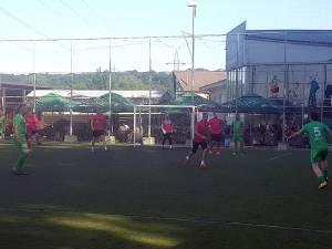 Centru Vechi s-a impus clar în duelul cu Vivendi. (e fotografia mai întunecata, cu jucătorii îmbrăcați în verde și roz)