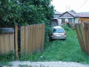 Un șofer beat a intrat cu mașina într-un stâlp și în curtea unei case Foto Ionel Curcan