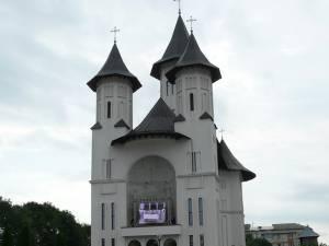"""Peste 3.000 de credincioşi au participat la slujba de sfinţire a Catedralei """"Învierea Domnului"""""""