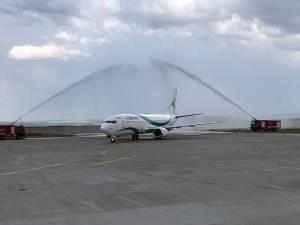 """Avionul companiei turceşti, care a aterizat la Suceava pentru a prelua turiştii către Bodrum, """"a fost botezat"""" cu jeturile de apă, aruncate de două maşini de pompieri"""