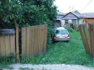 Șoferul, aflat în stare de ebrietate, a intrat cu mașina într-un stâlp de electricitate și apoi în curtea unei case. Foto:Ionel Curcan