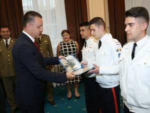 Andrei Alexandru Savin, primind un cadou din partea ministrului Mihai Fifor