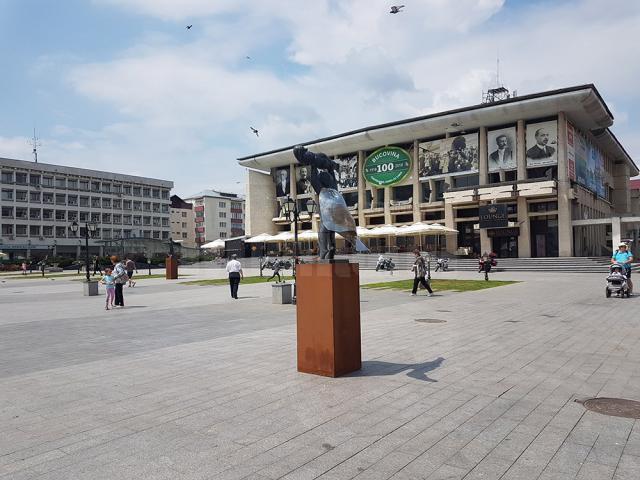 """Emil Ursu: """"Cu expoziţia de sculptură pe esplanada Casei Culturii, Suceava se aliniază orașelor mari, în care acestea au loc în mod curent"""""""