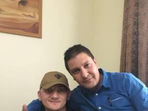 Dan Ciprian Sfichi (stânga) şi poliţistul criminalist Bogdan Bănică