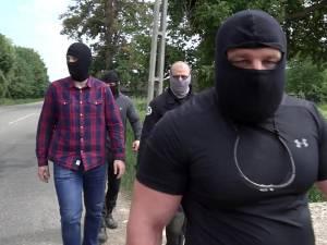 """Momentul în care patru """"mascaţi"""" se îndreaptă ameninţător spre colegul nostru. Primul este cel care îl trage de mână"""