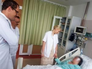 Dr. von Lehe, dr. Buzdugan și dr. Ana Miron, în vizită la pacienta căreia în ziua precedentă i-a fost operat focarul de epilepsie din creier