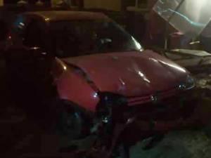 Tânărul a provocat cu maşina pagube serioase gardului în care a intrat