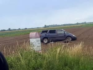 """Șoferul a ieşit cu maşina în decor, pe un teren agricol, după ce în prealabil a """"ratat"""" o curbă"""