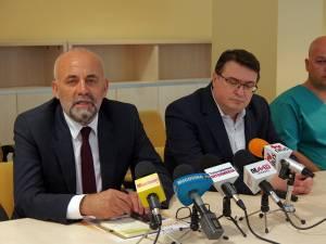 Managerul Spitalului de Urgenţă Suceava, Vasile Rîmbu, şeful secţiei Ortopedie, dr. Răzvan Bandac, şi reprezentantul firmei care a furnizat echipamentul, Dan Istodorescu