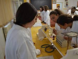 Trei elevi ai Colegiului Silvic Câmpulung Moldovenesc, premiaţi în cadrul unui concurs de chimie